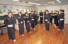45東京おけさ会 高橋和子さん<br /><br />(中央)の指導で踊りを練習する東京おけさ会の人たち(この日は相川音頭の衣装)=渋谷区富ケ谷のおけさ研究所で 2010年11月12日