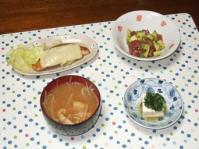 10/3 夕食 鮭のチーズ焼き、アボカドとマグロのバジルソース和え、冷奴、もやしと油麩の味噌汁