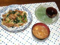 10/5 モツ野菜炒め、刺身こんにゃく、豆腐とエノキの味噌汁