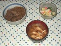 11/18 夕食 牛丼、ブロッコリーとジャガイモのサラダ、キャベツと油揚げの味噌汁
