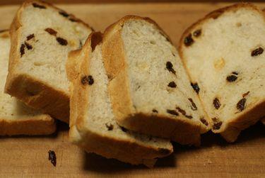 パン屋さんの食パン(レーズンパン)