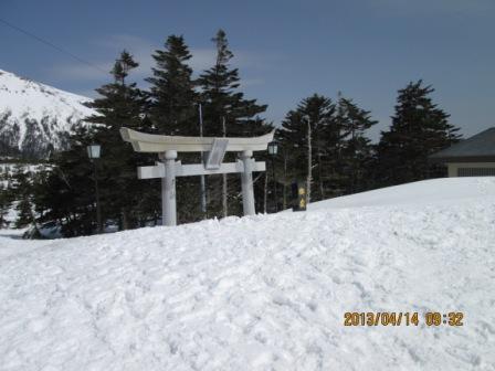 H25.4.14 0932 田ノ原 積雪量示す鳥居 1