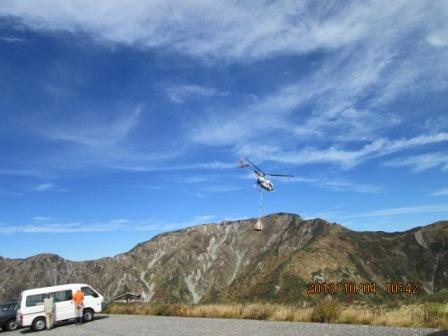 H25 10 4 奥大日岳を背景に荷揚げヘリ
