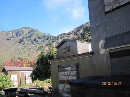 H25 10 21 小屋締めで垣板の窓、物置 (2)