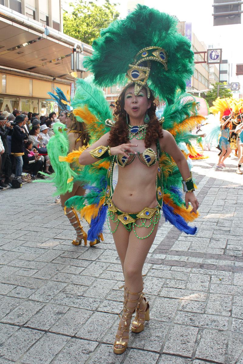 サンバを踊る女性a 130504