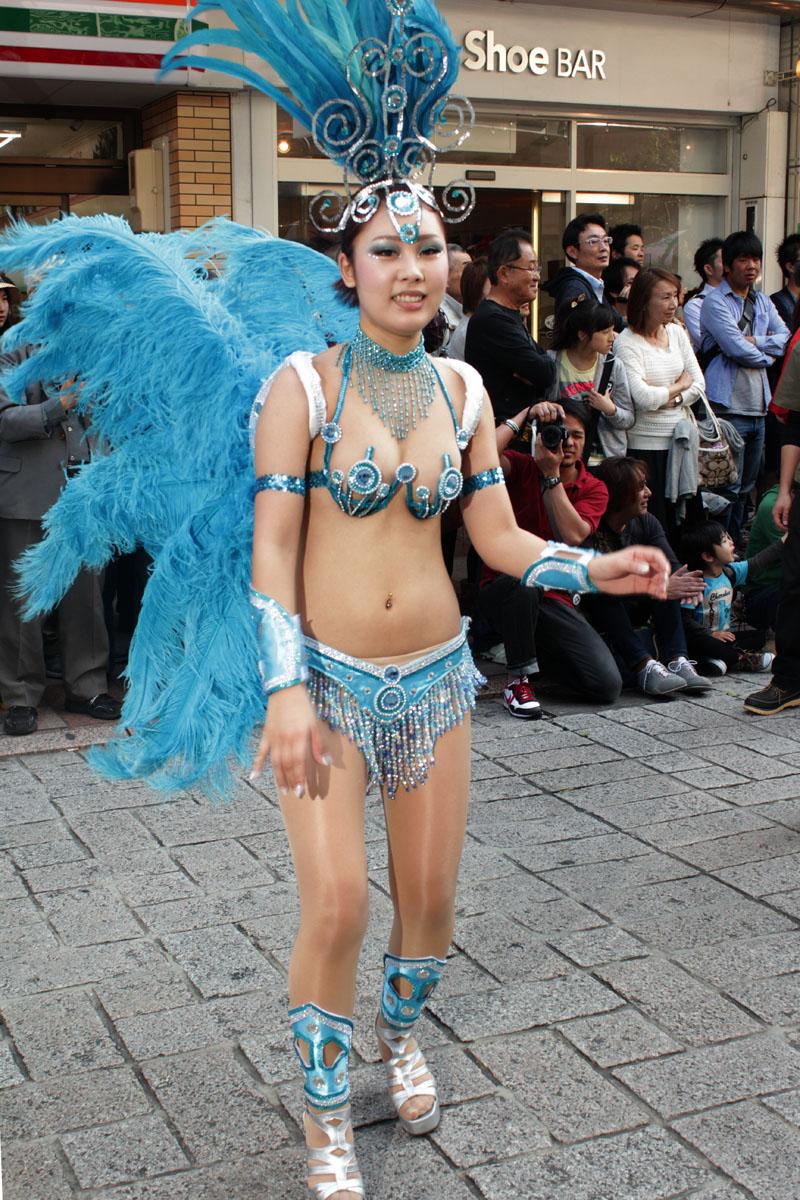 サンバを踊る女性b 130504