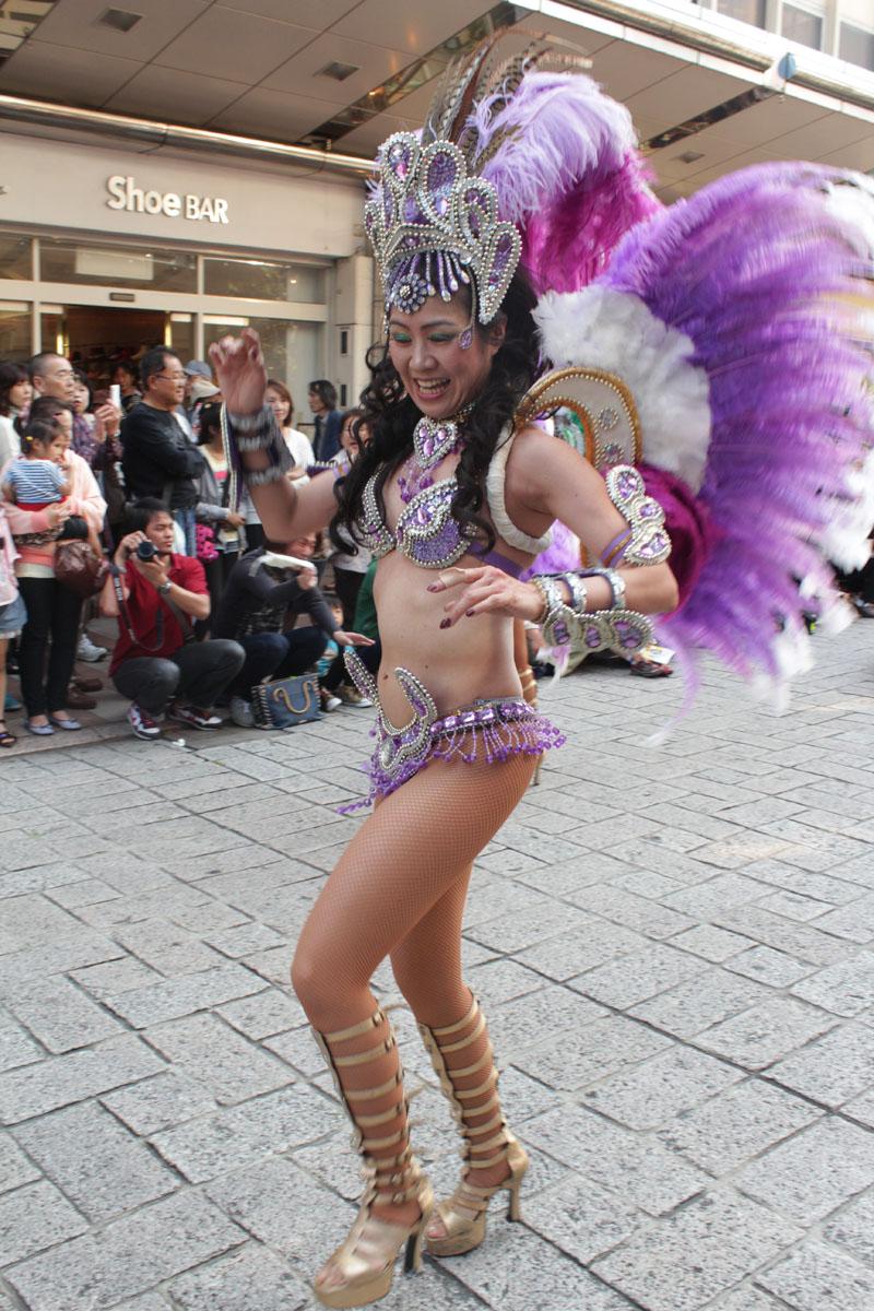 サンバを踊る女性c 130504