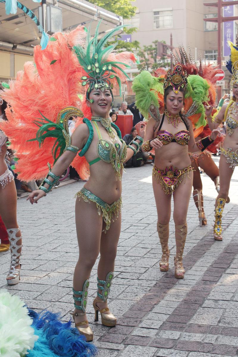 サンバを踊る女性d 130504
