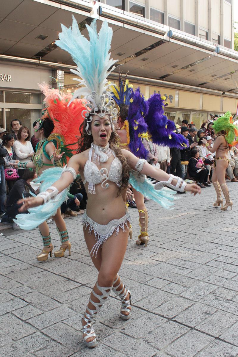 サンバを踊る女性e 130504