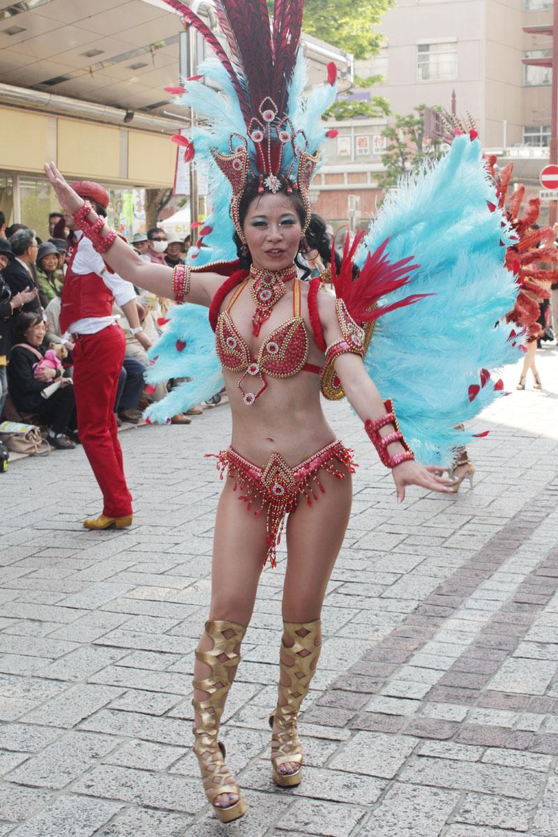 サンバを踊る女性f 130504