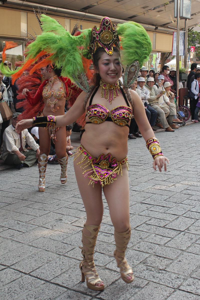 サンバを踊る女性g 130504