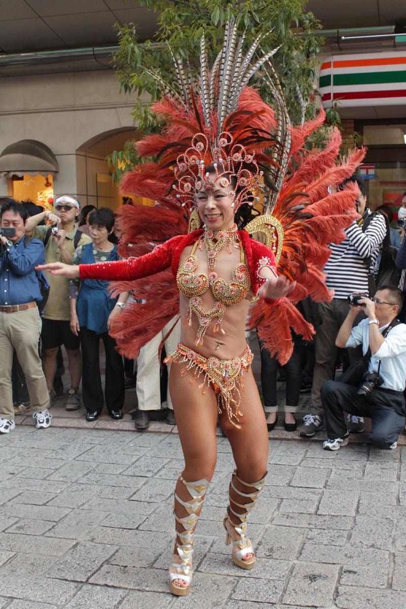 サンバを踊る女性h 130504