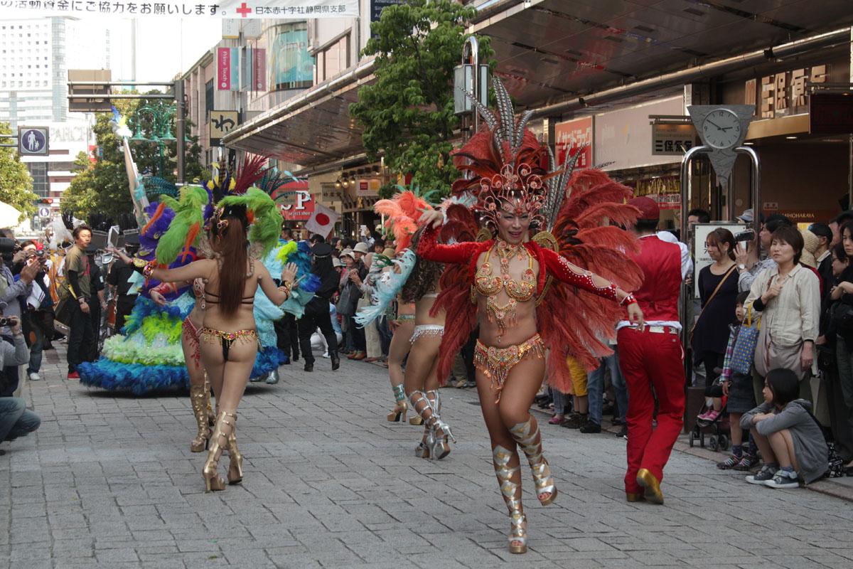 サンバを踊る女性たち 130504