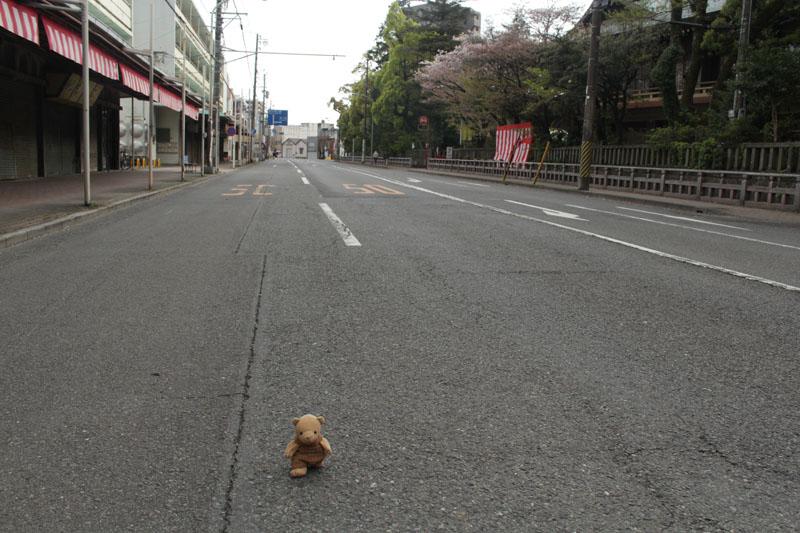 0934_浅間神社前を歩く