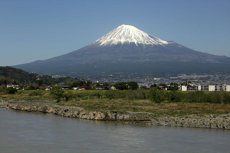車窓の富士山・富士川鉄橋から 130408