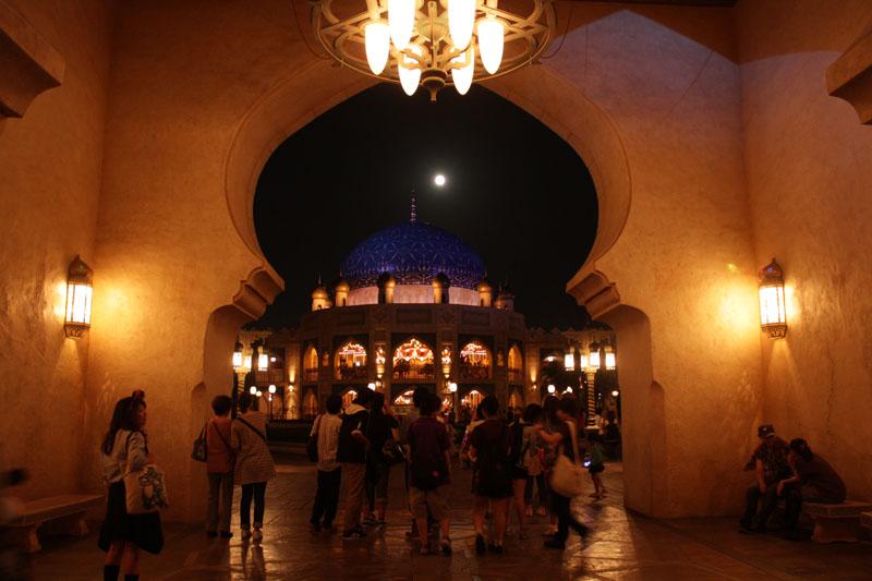 アラビアンコーストで観月する人々 130919