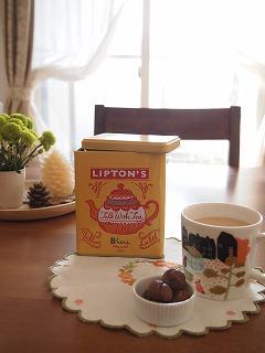 紅茶の缶がおまけで付いてきた