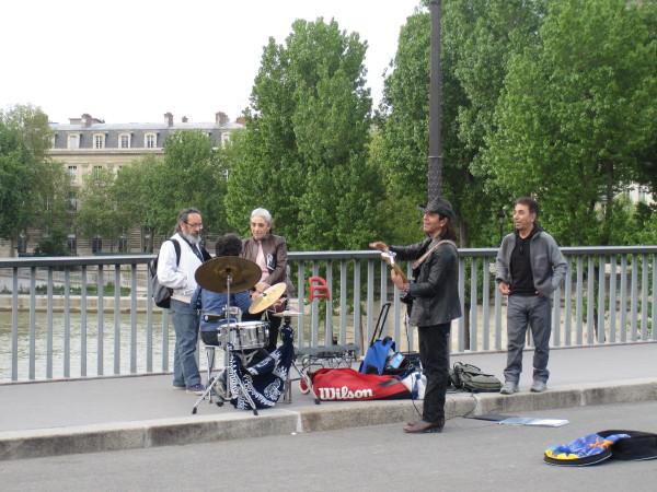 道行く人と話すミュージシャン