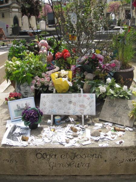 花があふれるゲンズブールのお墓