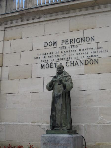 ドン・ペリニヨン修道士の像