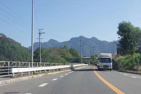 国道19号より京ヶ倉を望む
