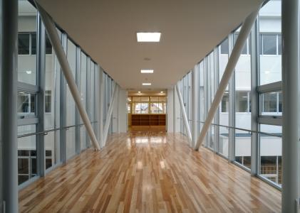 両側ガラスの渡り廊下
