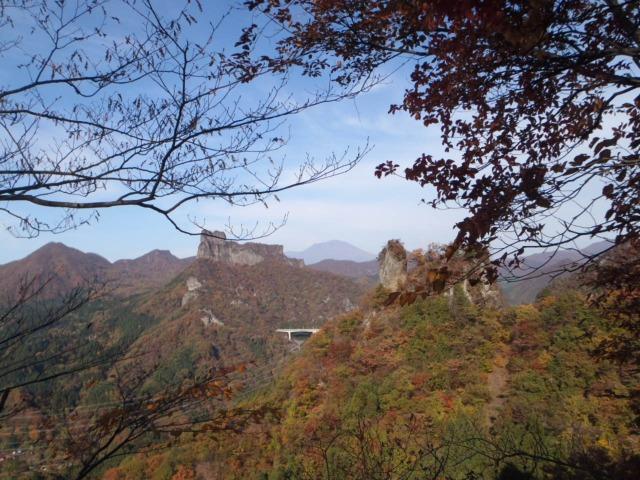 08登高中に望む大黒岩(右)高岩(中央)と中間に浅間山
