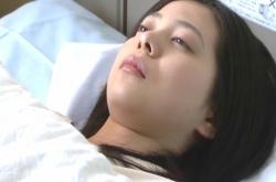 病院で目が覚めたユミ