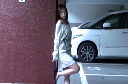 駐車場で待っているユミ