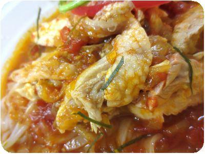 鶏肉入りトマトの冷たいスープ平打ちライスヌードル