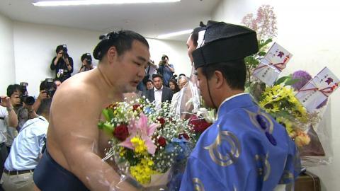 庄之助親方に花束を贈る鶴竜関