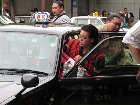 お相撲さんタクシーに乗り込む