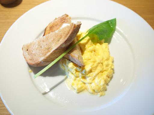 ②・スクランブルエッグとトースト