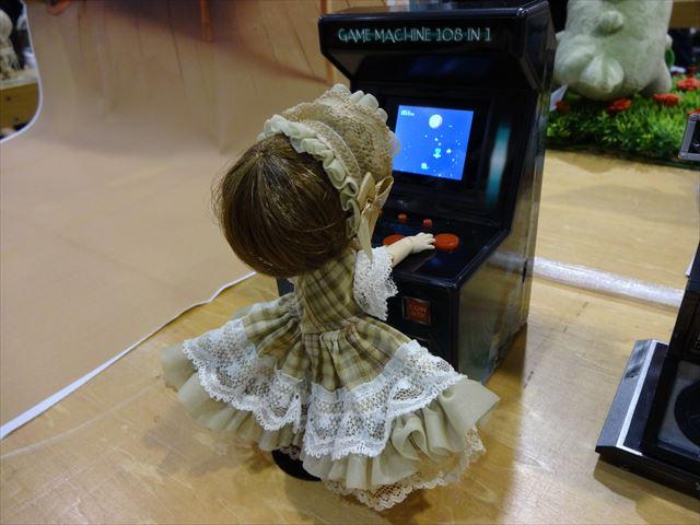 さすがゲーマーの娘、ちゃっかりゲームしてる