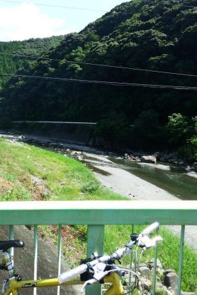2013/08/18藁科川ポタリング_南藁科街道と藁科街道の合流地点の橋から眺める川遊びしている人達