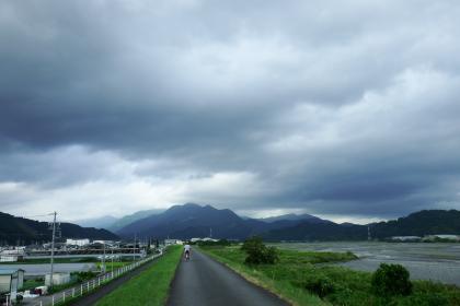 2013/08/18藁科川ポタリング_帰りの安倍川土手、午前中とは変わって曇り空