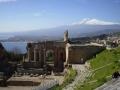シチリア島ツアーでタオルミナギリシャ劇場よりエトナ山を望む