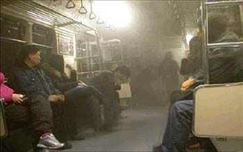 93-p04-02煙が充満する智下鉄から逃げない上客達