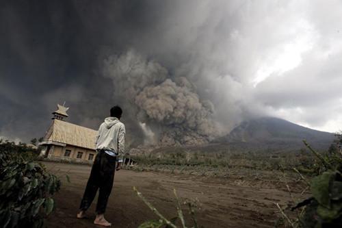 1392356785_16762800印尼火山喷发3机场关闭