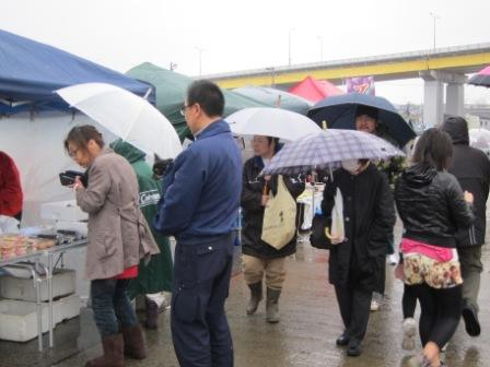 大雨の中でも開催 八戸朝市
