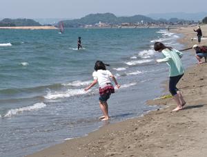 砂浜で遊ぶ女子