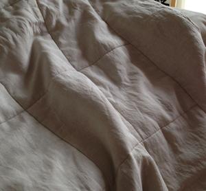 ソファにかけた布団