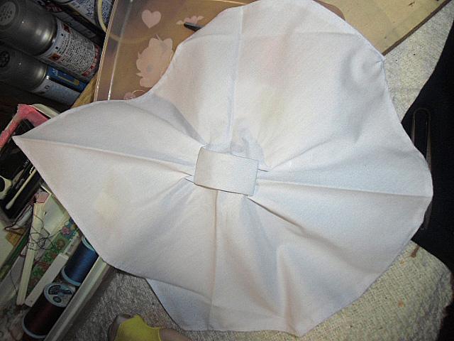 パッドを三角巾で包み込む