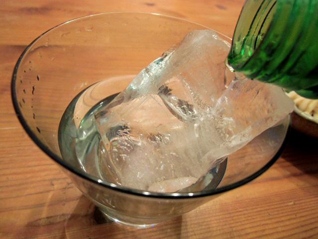 氷に焼酎を注ぐ
