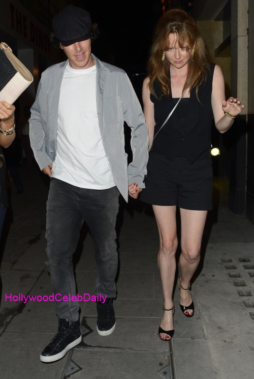 benedict-cumberbatch-mystery-gal-hold-hands-in-london-03-01.jpg