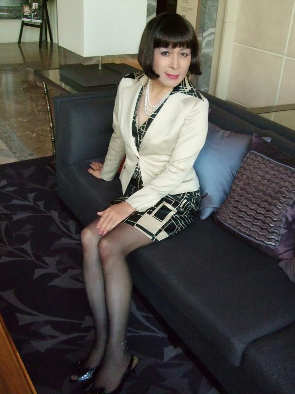 081218ベージュタイトスーツ(2)