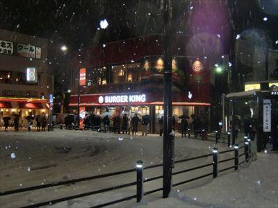 記録的な大雪でタクシー乗り場に大行列が