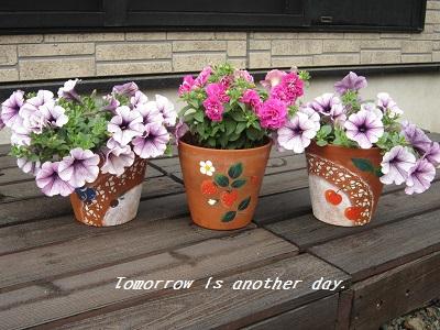 サフィニアと手描き植木鉢 全体