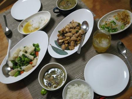 グリーンカレー・鯨刺身・イカとブロッコリー炒め・カシューナッツ炒め・大根サラダ