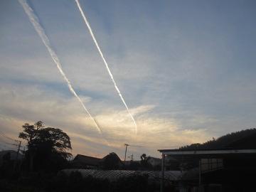 2本の飛行機雲が